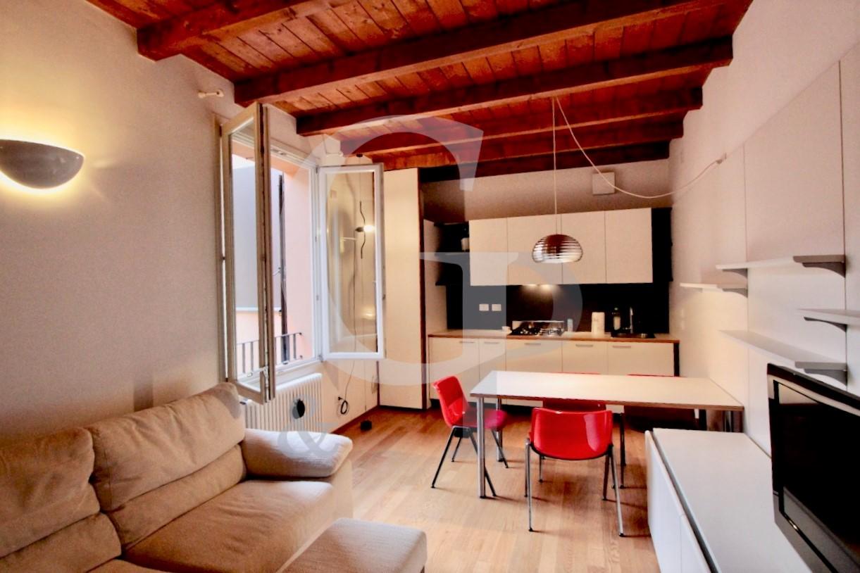 Bologna, Bilocale ristrutturato (Via Santo Stefano, Centro) – Affitto