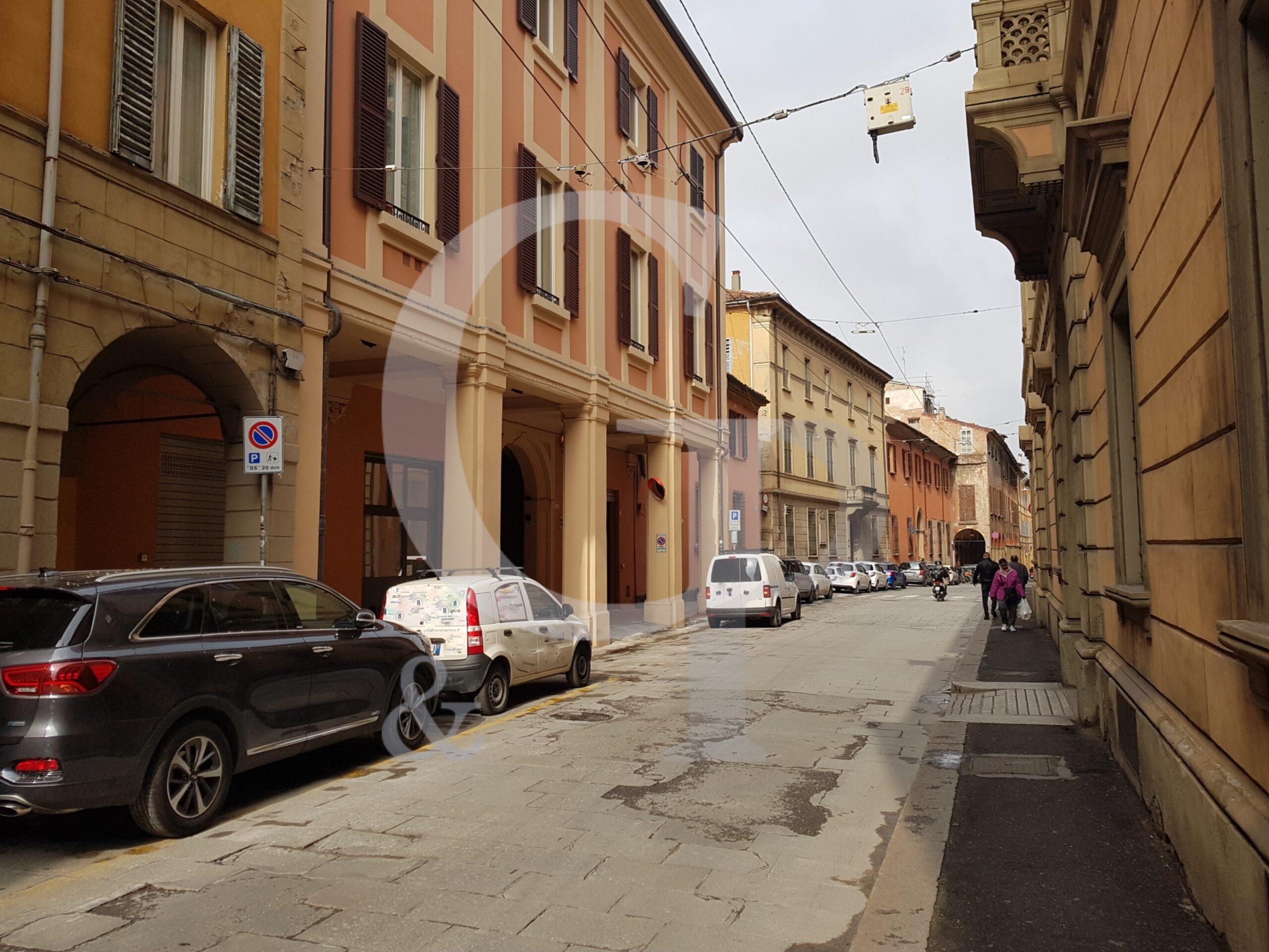 Bologna, Negozio a reddito (Via Barberia, Centro storico) – Vendita
