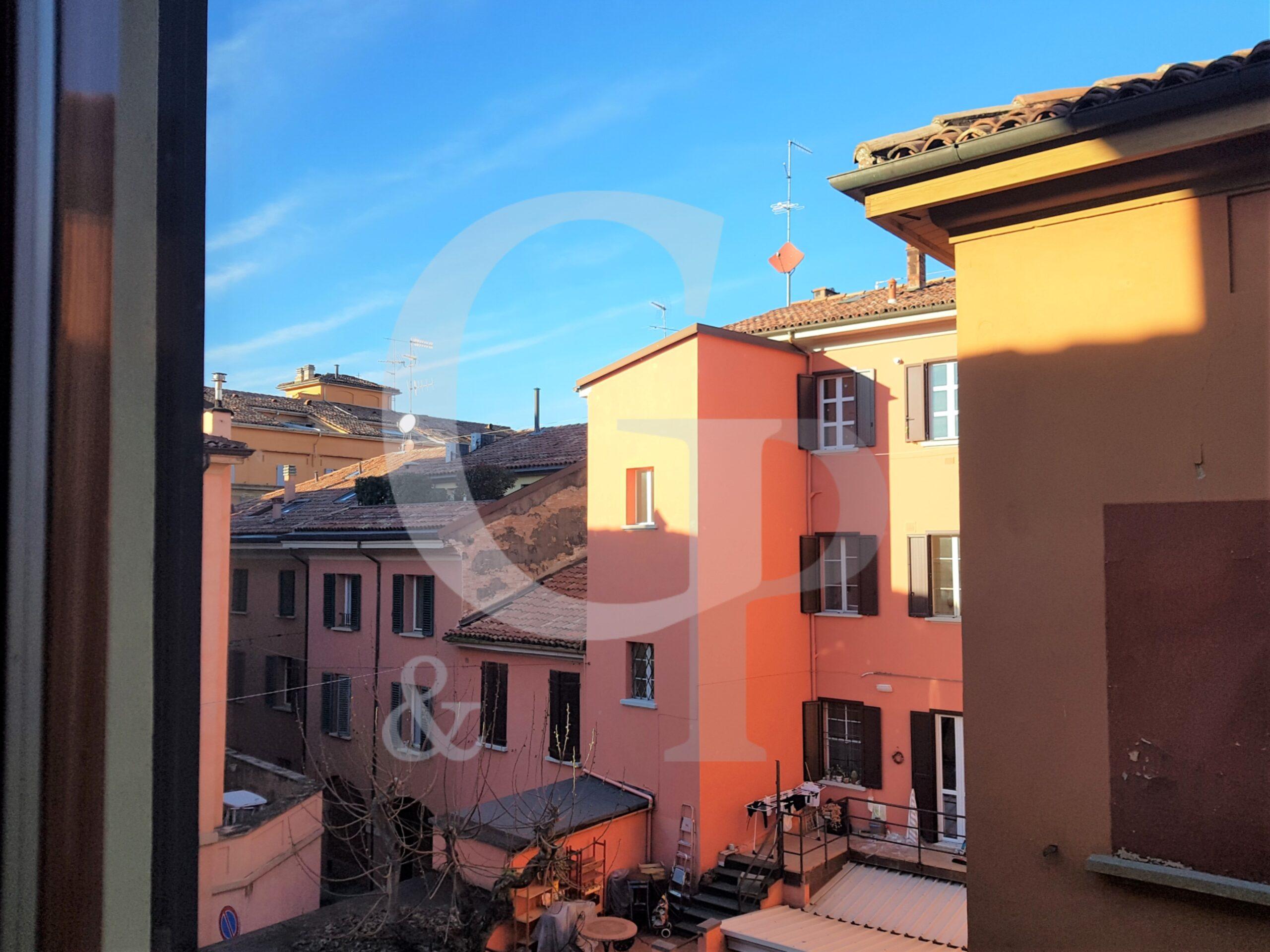 Bologna, Ampio appartamento (Via C. Battisti, Centro storico) – Vendita